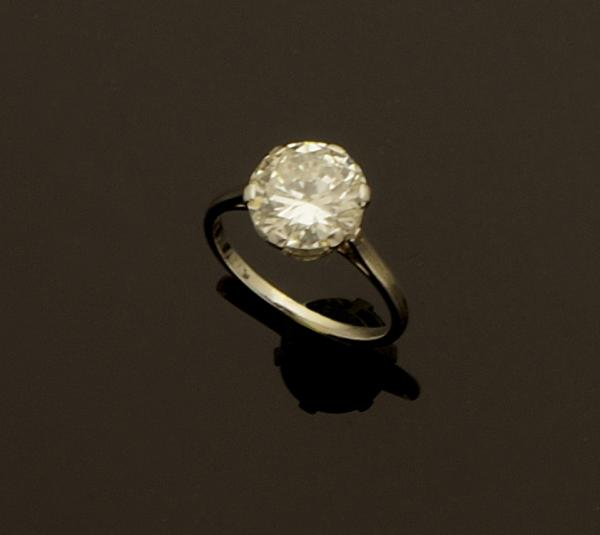 Bague solitaire en or gris ornée d'un diamant taille brillant calibrant 3 cts[...]