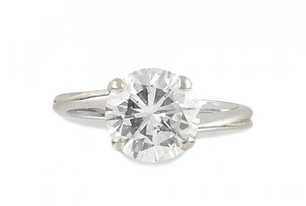 SOLITAIRE en or gris retenant en son centre un diamant d'environ 2,40 carats de[...]