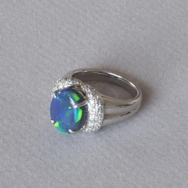 BAGUE en platine ornée en son centre d une opale noire de taille cabochon de 4,29[...]