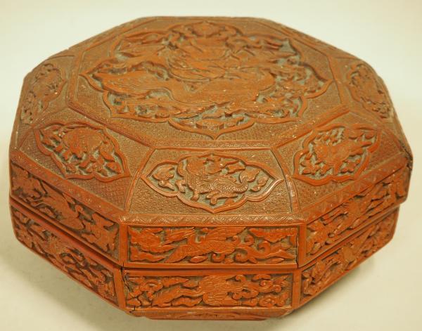 Rare boîte couverte en laque rouge, ocre et noire sculptée. Chine, marque et [...]