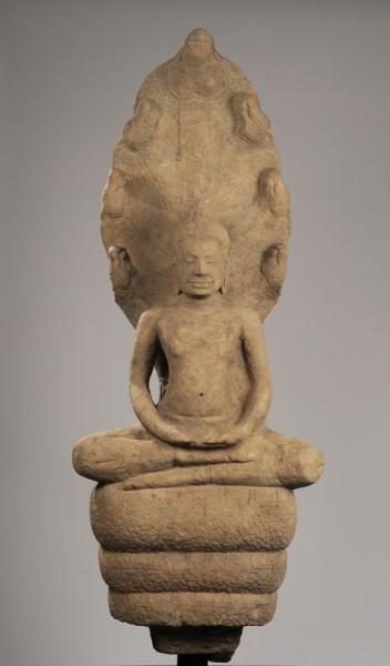 Important Bouddha Mucilinda, assis en méditation sur le corps du Naga déployant son[...]