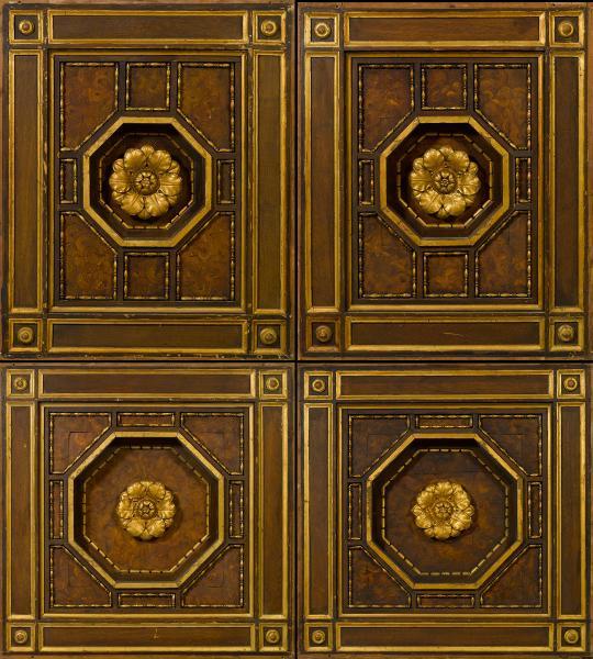 Plafond à caissons en bois sculpté et doré  - A décor de fleurs dans des[...]