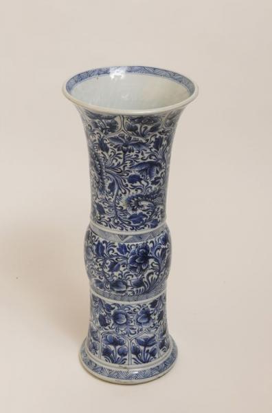 Vase Chine en porcelaine blanc bleu à décor de motif floral, epoque Kangxi,[...]