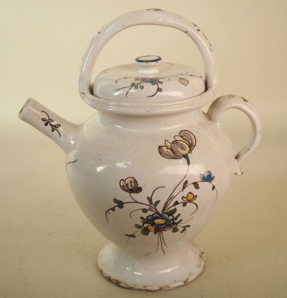 LA TRONCHE. Rare chevrette en faïence, décor au bouquet. XVIIIe siècle. H : 24,5[...]