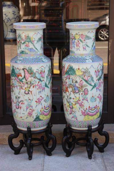 Paire d'importants vases en porcelaine polychrome à décor de paysages[...]