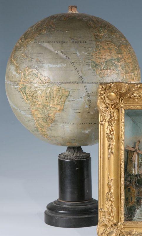 Globe terrestre en relief en carton reposant sur un - Globe terrestre en carton ...
