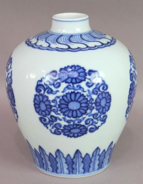 CHINE : petit vase en porcelaine à décor bleu sur fond blanc, marque en dessous à[...]