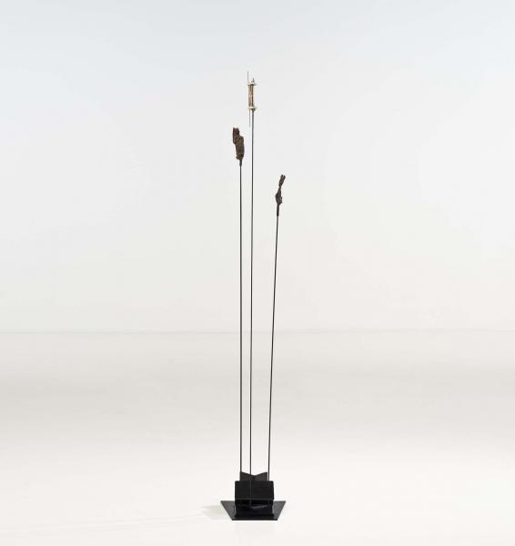 TAKIS (Né en 1925)  - Triple signal, 1986, Sculpture en acier et objets trouvés[...]