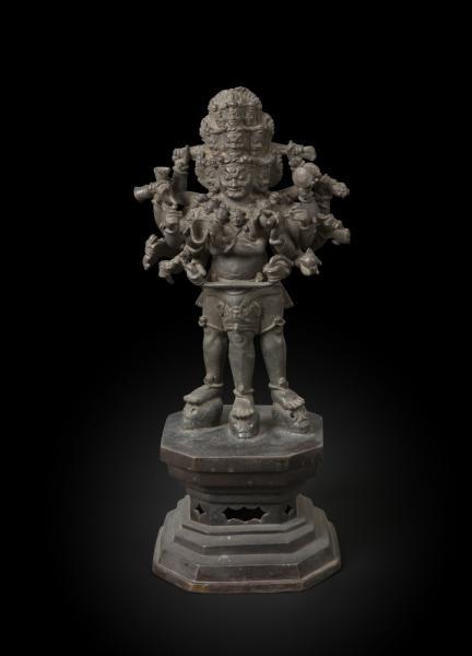 TIBET - XIXe siècle  - Statuette d'un Dharmapala féroce à neuf têtes, dix-huit [...]