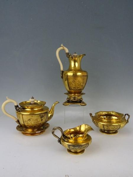 SERVICE A THE en argent doré comprenant théière et son présentoir, verseuse et[...]
