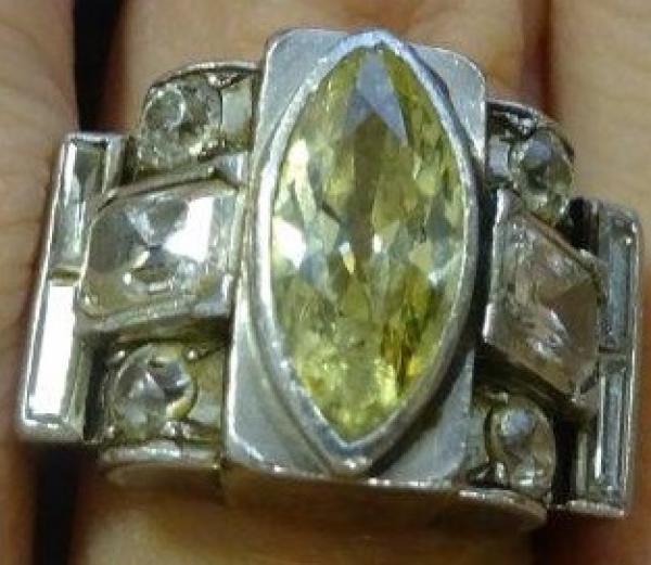 Bague tank en or jaune et platine sertie au centre d'un diamant jaune (éclats et[...]