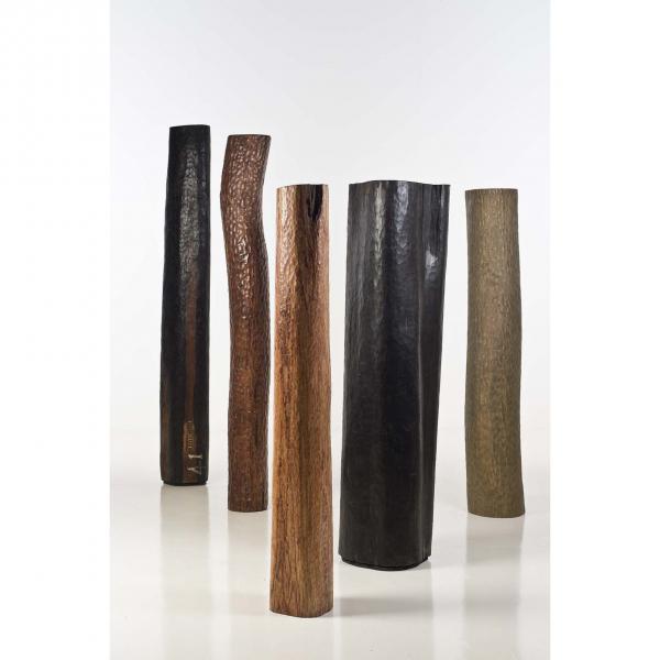 Suite de cinq totems sculptés  - Bois divers, De la gauche vers la droite H 246 cm,[...]