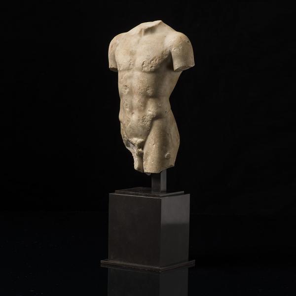 Torse masculin, Fragment de statuette représentant un homme, debout., Marbre blanc,[...]
