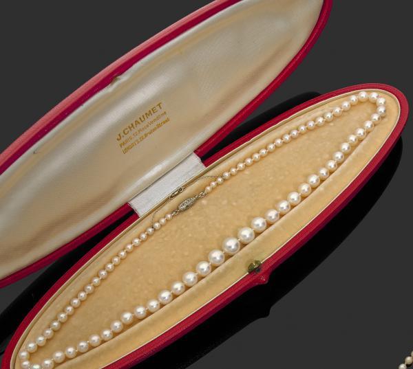 COLLIER de 79 perles fines, blanc crème, en chute, de 8,7 à 3,3 mm environ,[...]