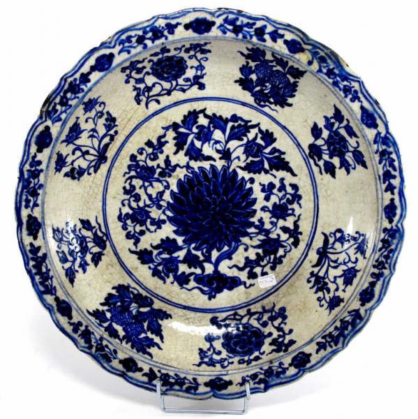 BOUKHARA, Samarkand Grand plat rond à bord contourné à décor en camaïeu bleu, au[...]