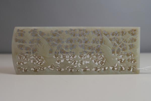 CHINE. Plaque rectangulaire en jade néphrite sculpté et ajouré à décor de deux[...]