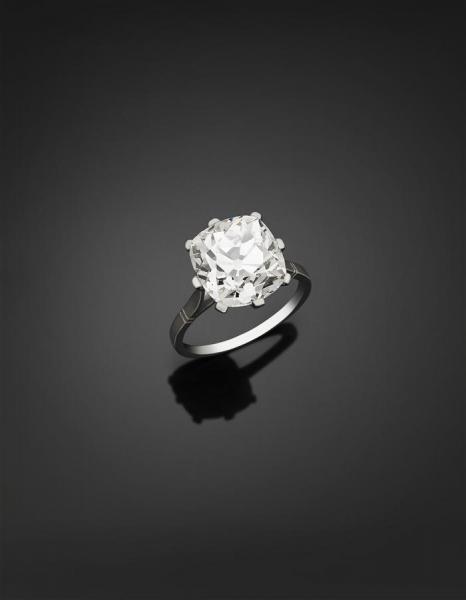 Bague en platine, ornée d'un diamant coussin de taille ancienne pesant 5,94 ct,[...]