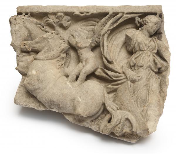 FRAGMENT de CUVE de SARCOPHAGE en marbre à décor sculpté d'une femme drapée[...]