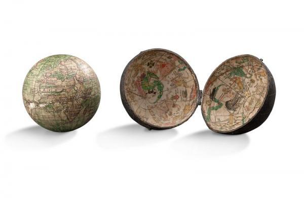 Globe terrestre de voyage  - recouvert de papier gravé et aquarellé.  - Dans son[...]