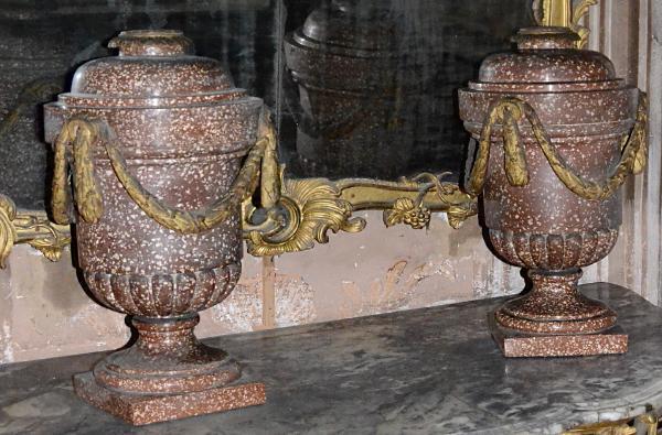 Paire d' importants vases balustres en stuc et éclat de marbre partiellement godronnés