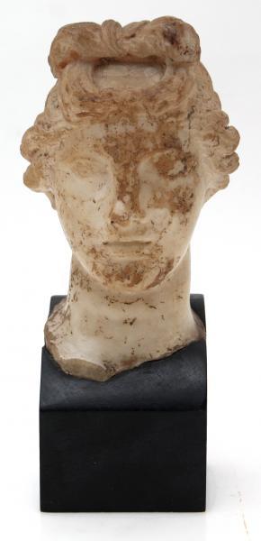 Tête féminine en albâtre. Travail héllénistique ou romain, IIe siècle av. J.-C.[...]