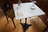 Une table bistrot carree pietement fonte dessus marbre - Table bistrot dessus marbre ...