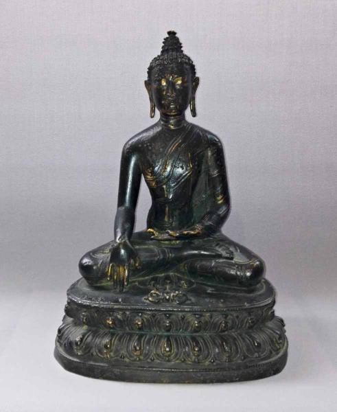 Bouddha assis en position de la prise de la terre à témoin. En bronze.  - Népal,[...]