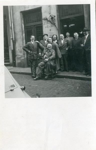 Surréalisme belge. Photo originale prise devant le bistrot La Fleur en papier doré[...]