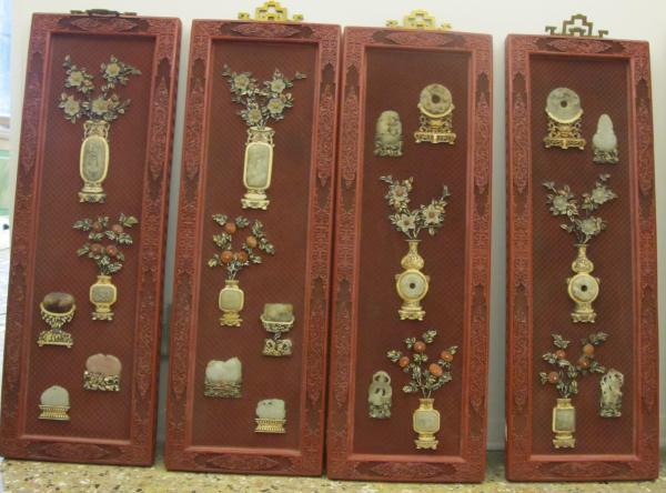 Ensemble de quatre panneaux rectangulaires  - En bois laqué rouge à décor en[...]