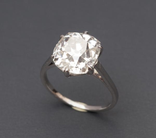 Bague solitaire en or gris 750MM, ornée d'un beau diamant taille coussin, 5,77[...]