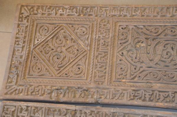 Porte à deux vantaux en bois sculpté, ornés d'inscriptions calligraphiées en[...]