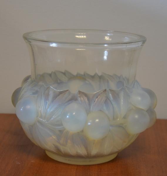 R. LALIQUE France - Vase boule en verre opalescent à décor de fruits, signé sous[...]