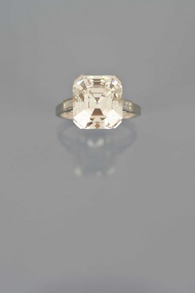 TRES BELLE BAGUE en platine ornée d'un important diamant rectangulaire à pans[...]