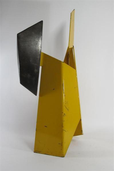 LOVATO Alain (né en 1943)  - Sculpture en métal laqué jaune.  - Signée.  - Haut.[...]