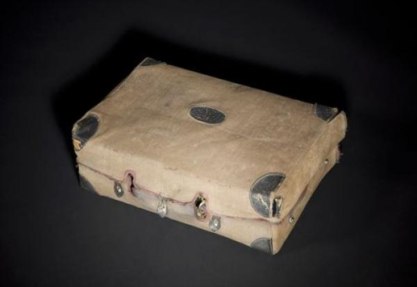 [Antoine de SAINT-EXUPÉRY]. Sa valise-nécessaire de toilette et de voyage; 30,5 x [...]