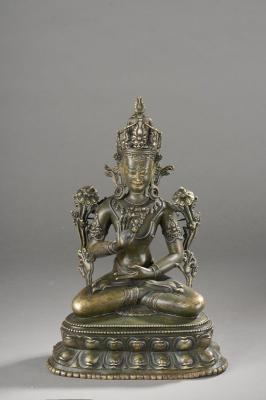 Avalokitésvara  Padamapani assis en virasana sur un double socle lotiforme, paré de[...]