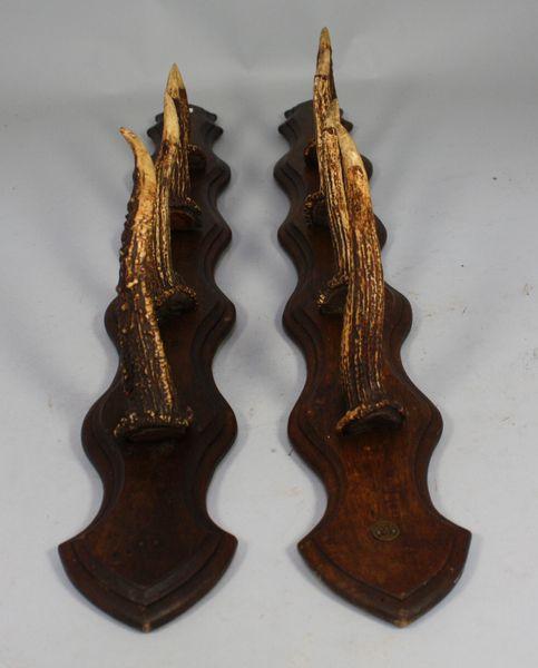 1 paire de porte fusils en ch ne r alis e en bois de chevreuil mis en vente lors de la vente. Black Bedroom Furniture Sets. Home Design Ideas