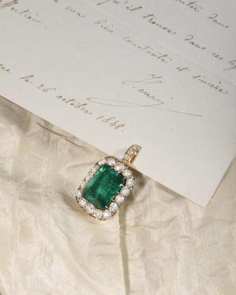 Pendentif et sa bélière amovible sertie de quatre diamants de taille rose, retenant[...]