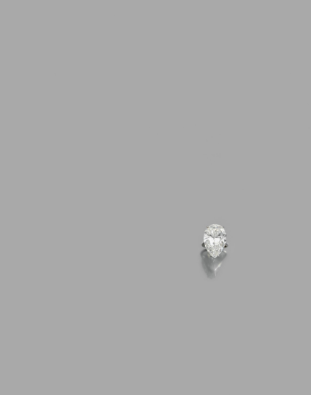 Bague en platine (950) ornée d'un important diamant taillé en poire.  Poids de[...]