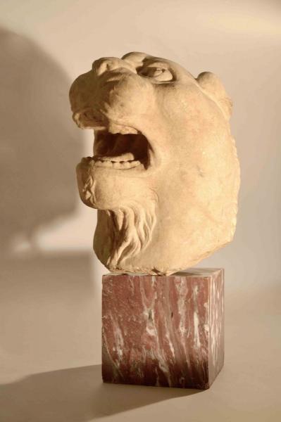 Tête de lionne rugissant.  - Marbre.  - Epoque romaine.  - I-IIIème après J.C.  -[...]